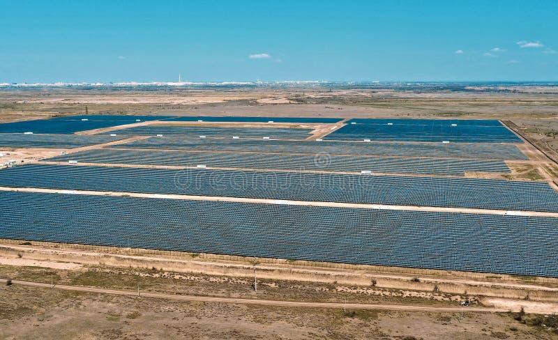 Vue a?rienne de centrale solaire L'?lectricit? fournisseuse photovolta?que de centrale ? la petite ville dans la campagne images libres de droits