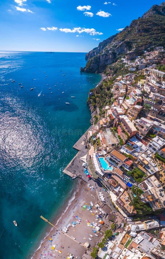 Vue a?rienne de la photo de Positano, beau village m?diterran?en sur la c?te Costiera Amalfitana, le meilleur endroit en Italie,  photo stock