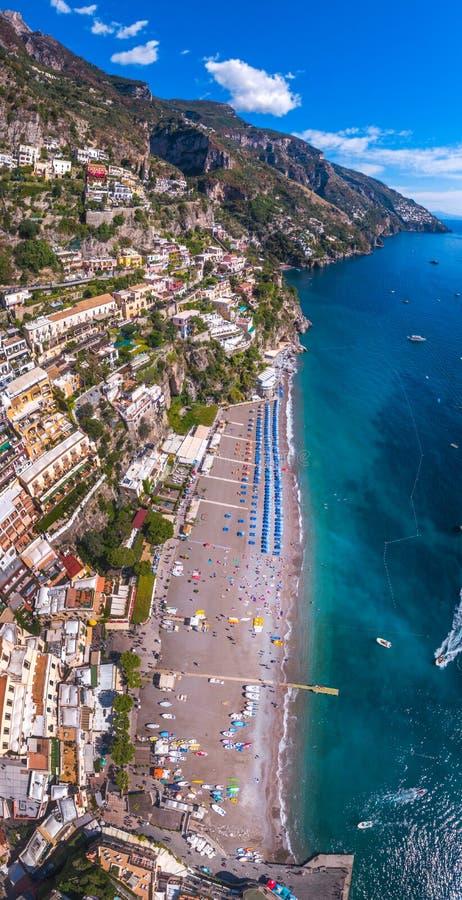 Vue a?rienne de la photo de Positano, beau village m?diterran?en sur la c?te Costiera Amalfitana, le meilleur endroit en Italie,  images stock