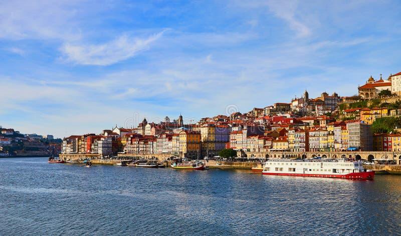 Vue a?rienne de promenade du Portugal, ribeira de vieille ville de Porto avec les maisons, la rivi?re de Douro et les bateaux col photos stock