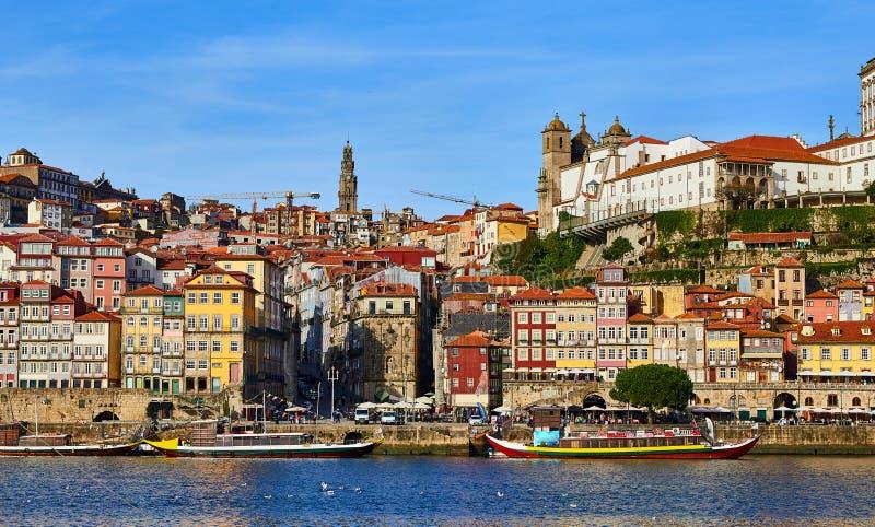 Vue a?rienne de promenade du Portugal, ribeira de vieille ville de Porto avec les maisons, la rivi?re de Douro et les bateaux col photographie stock libre de droits