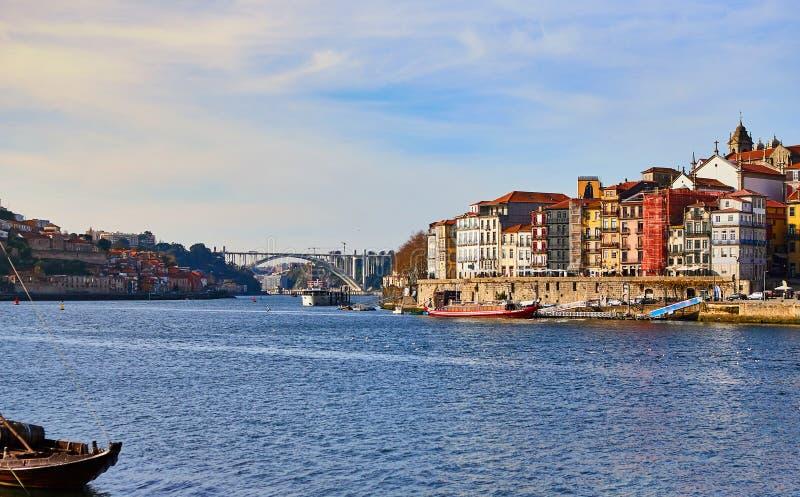 Vue a?rienne de promenade du Portugal, ribeira de vieille ville de Porto avec les maisons, la rivi?re de Douro et les bateaux col images stock