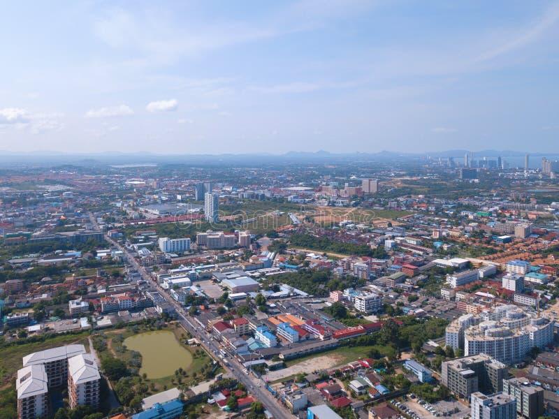 Vue a?rienne des bateaux dans la mer de Pattaya, la plage, et la ville urbaine avec le ciel bleu pour le fond de voyage Chonburi, photo libre de droits