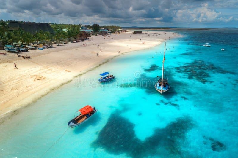 Vue a?rienne des bateaux sur la c?te tropicale avec la plage sablonneuse photo stock
