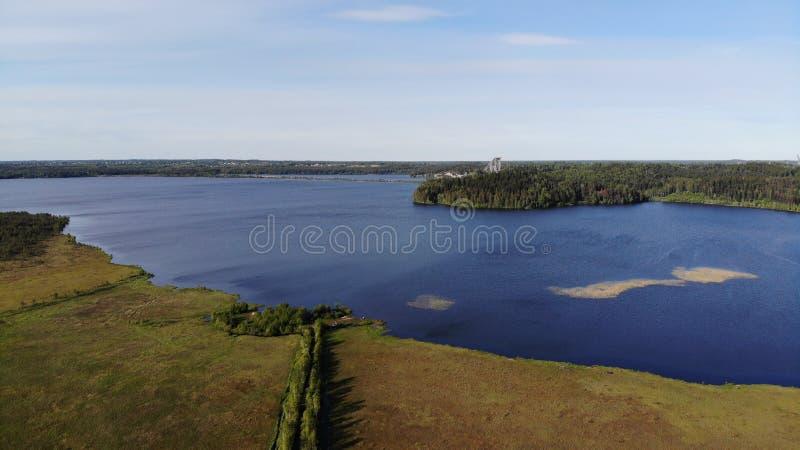 Vue a?rienne des lacs bleus et des for?ts vertes un jour ensoleill? d'?t? dans Kavgolovo, Toksovo Rivage de r?servoir d'eau avec  images stock