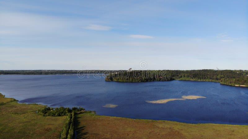 Vue a?rienne des lacs bleus et des for?ts vertes un jour ensoleill? d'?t? dans Kavgolovo, Toksovo Rivage de r?servoir d'eau avec  images libres de droits