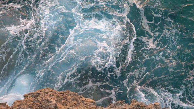 Vue a?rienne des vagues bleues g?antes se cassant sur les roches pendant le ressac action ?l?ment de mer image libre de droits