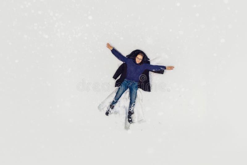 Vue a?rienne ? la femme se situant dans la neige images libres de droits