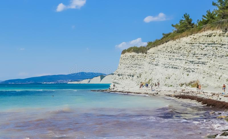 Vue rocheuse de rivage Côte de la Mer Noire de ville de Divnomorskoe Région de Krasnodar image stock