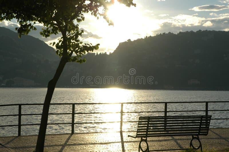 Vue romantique dans le lac Como. images libres de droits