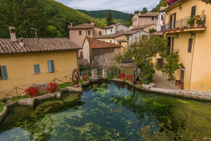 Vue romantique de la ville romantique en pierre au coeur de l'Ombrie, appelée 'village des ruisseaux' ou 'petite Venise' pour le  photos stock