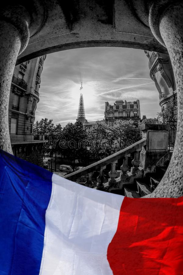 Vue romantique de rue avec Tour Eiffel contre le drapeau français à Paris, France photos libres de droits