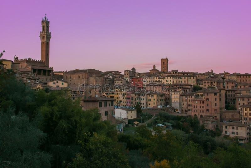 Vue romantique de ville médiévale de Sienne au coucher du soleil, Toscane photo libre de droits