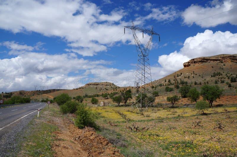 Vue rurale scénique avec le pylône, la route et les collines à haute tension près d'Avanos La Turquie, Cappadocia photos stock
