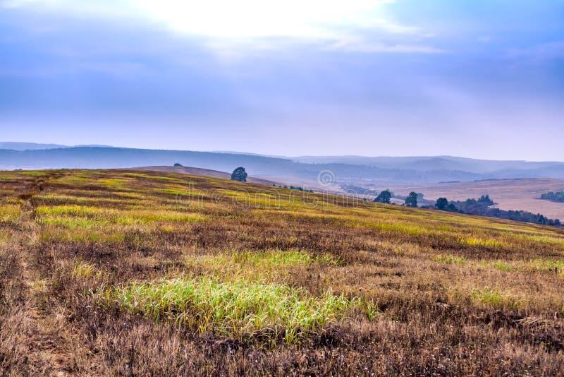 Vue saisonnière de paysage de bel hiver d'automne Mountain View et ciel brumeux photo stock