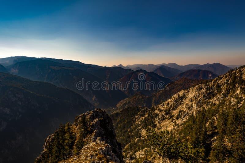 Vue scénique à partir de dessus He diplômé de Stadelwand à la vallée de Rax, avec l'herbe, les roches et le ciel bleu-foncé photographie stock