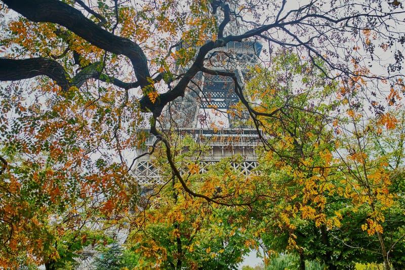 Vue scénique à Tour Eiffel un jour d'automne images libres de droits