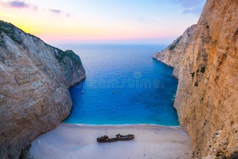 Vue scénique aérienne de plage célèbre de naufrage au coucher du soleil, Zakynthos photo stock