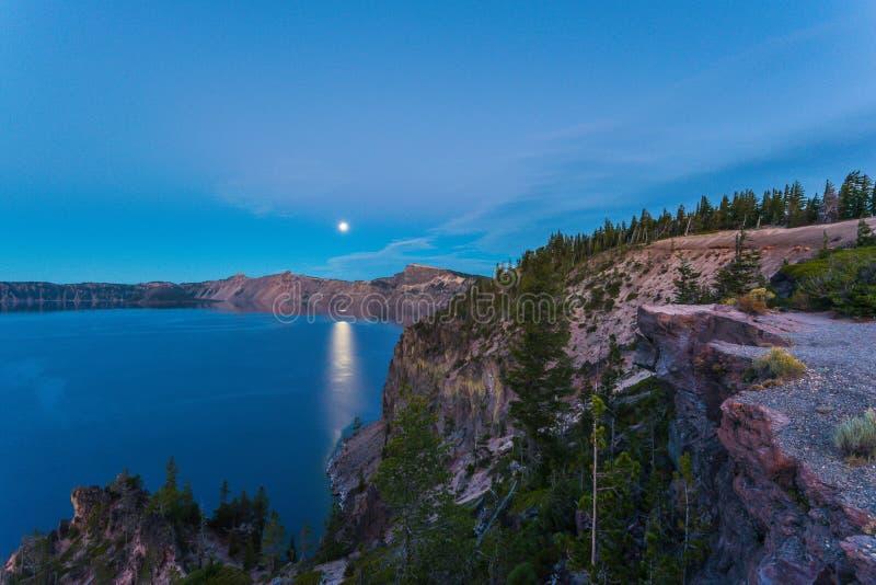 Vue scénique au crépuscule en parc national de lac crater, Orégon, Etats-Unis image stock