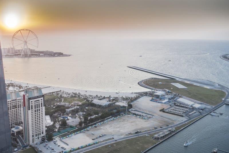 Vue scénique au-dessus de port de marina de Dubaï avec des bateaux et des yachts images libres de droits