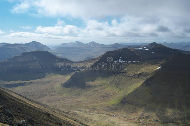Vue scénique au paysage avec les montagnes érodées en vert sur les Iles Féroé photo stock