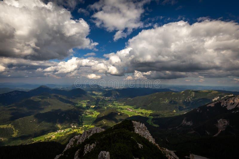 Vue scénique avec foncé, bleu, nuageux, ciel de plateau de Rax images libres de droits