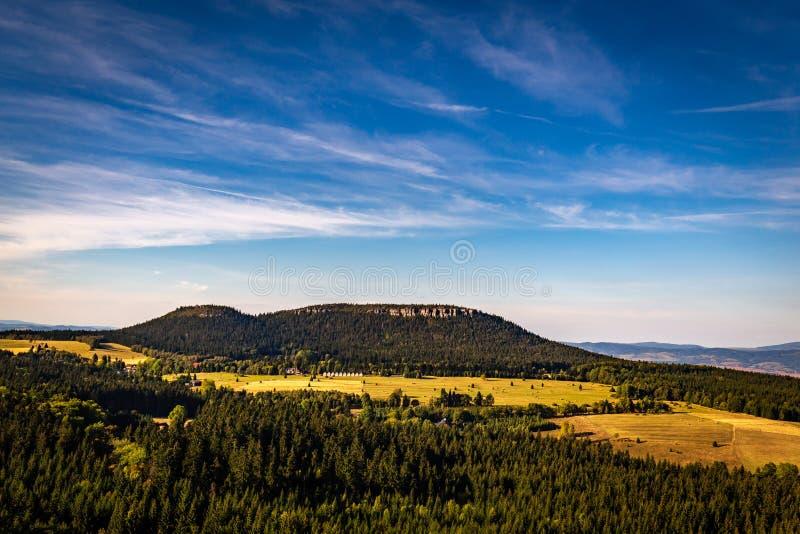 Vue scénique avec le ciel bleu-foncé sur le massif des montagnes de Tableau de fort Karola photo libre de droits