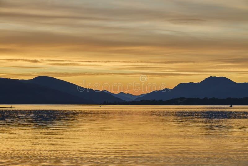 Vue scénique colorée de coucher du soleil de lac loch lomond en Ecosse, Royaume-Uni images stock