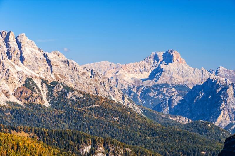 Vue scénique colorée des montagnes majestueuses de dolomites dans les Alpes italiens photographie stock