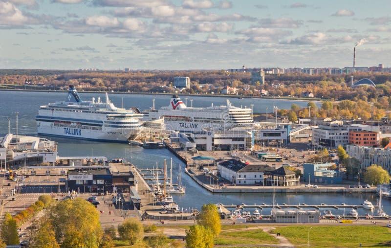 Vue scénique d'été de la vieille ville et du port à Tallinn, Estonie colorée en temps clair Les yachts sont dans le port Vue de c image libre de droits
