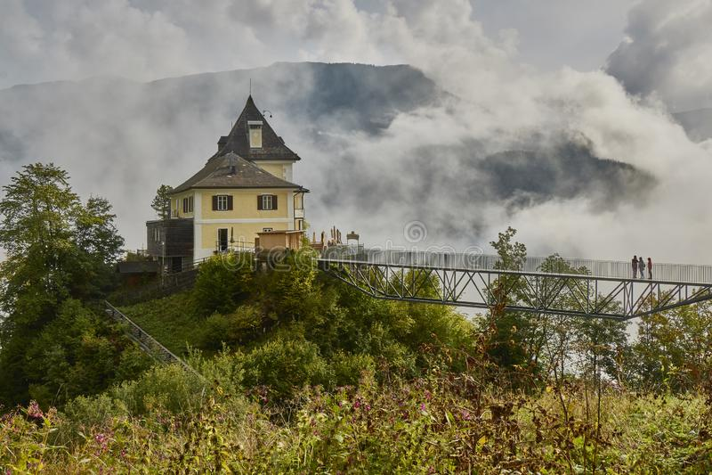Vue scénique d'un bâtiment de restaurant au-dessus de skywalk près de village de Halstatt en Autriche photographie stock
