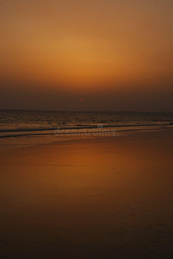 Vue scénique d'un bord de la mer pendant le crépuscule. photos libres de droits