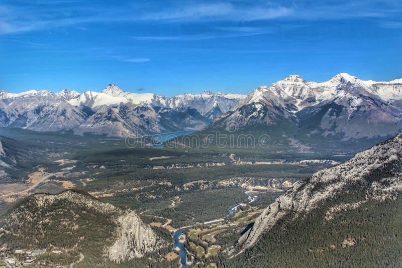 Vue scénique de Banff du haut du passage couvert de gondole de Banff photo stock