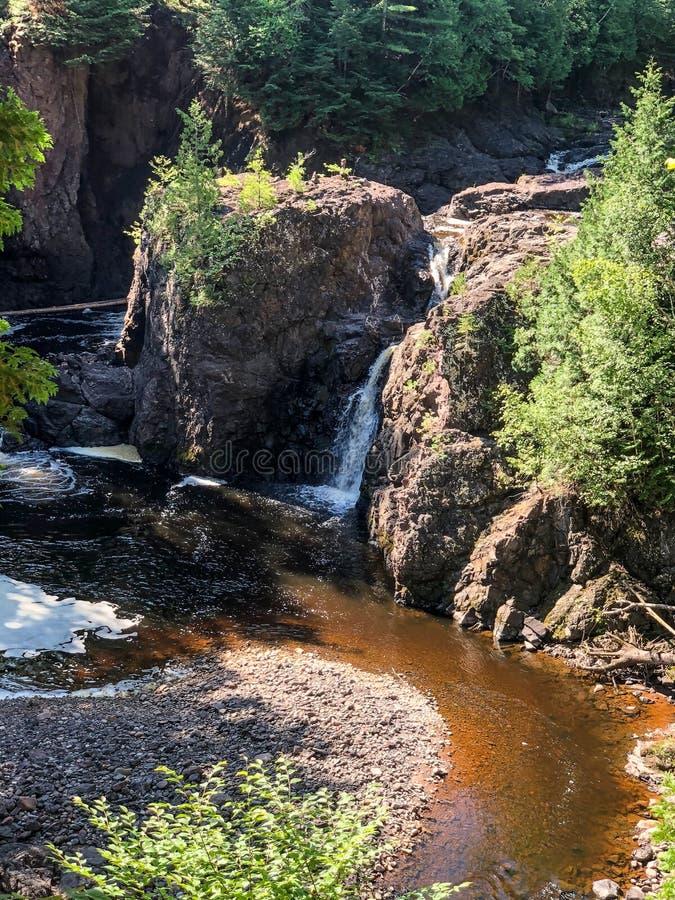 Vue scénique de cascade au parc d'état de cuivre d'automnes dans le Wisconsin photos stock