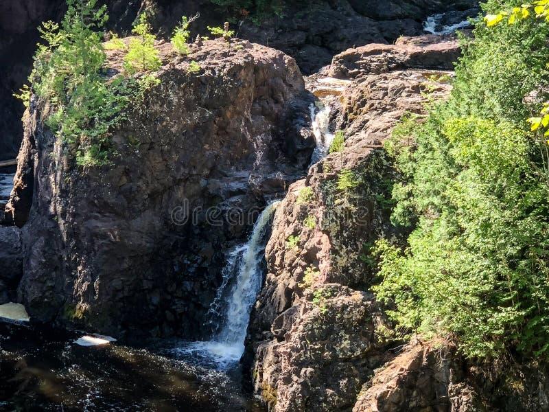 Vue scénique de cascade au parc d'état de cuivre d'automnes dans le Wisconsin images stock