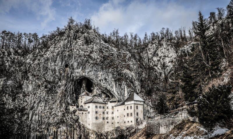 Vue scénique de château de Predjama image libre de droits
