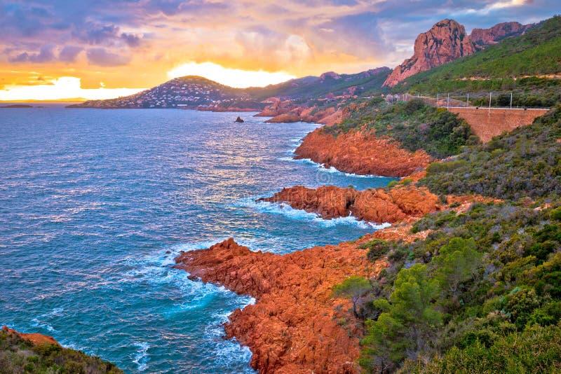 Vue scénique de coucher du soleil de littoral de Franch la Riviera, la mer Méditerranée près de Cannes images libres de droits