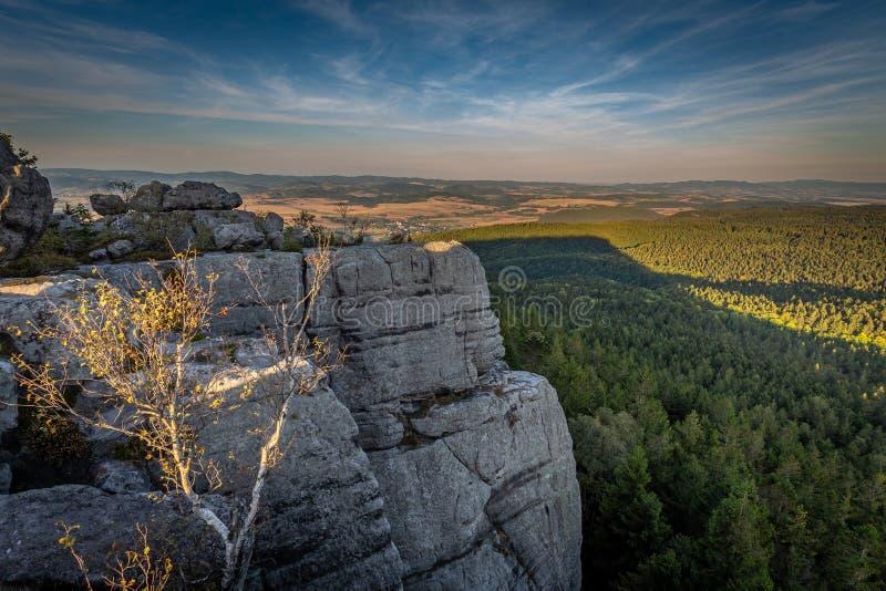 Vue scénique de coucher du soleil sur la falaise des montagnes de Tableau photos libres de droits