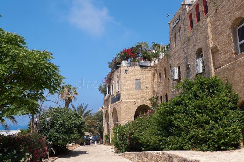 Vue scénique de la rue avec le bâtiment antique sur la côte de la mer Méditerranée Téléphone Aviv-Jaffa, Israël photo libre de droits