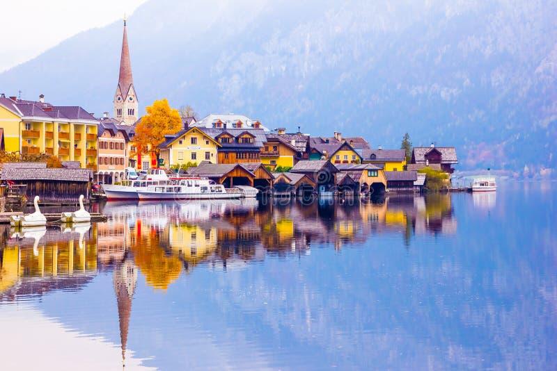 Vue scénique de la ville célèbre de bord de lac de Hallstatt se reflétant dans le lac photo stock