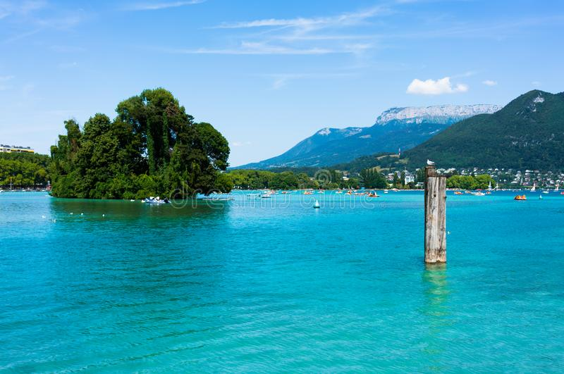 Vue scénique de lac annecy montrant à l'eau clair comme de l'eau de roche une borne photos stock