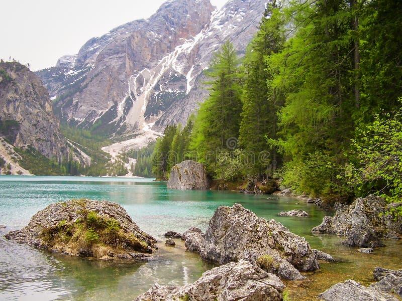 Vue scénique de lac Braies Lago di Braies dans les dolomites, Italie au printemps photos libres de droits