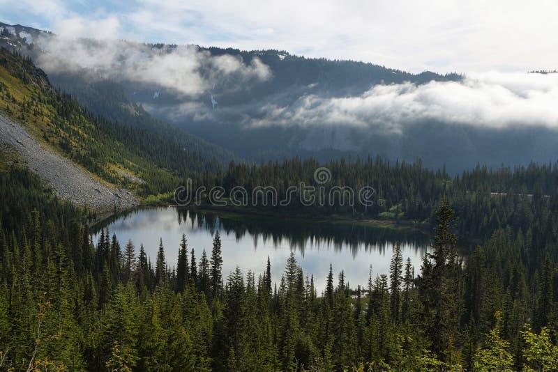 Vue scénique de lac de réflexion en mont Rainier photo stock