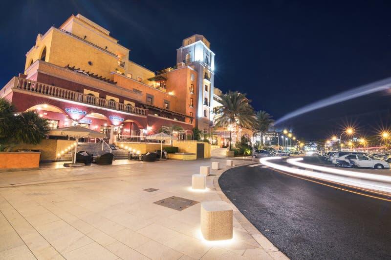Vue scénique de nuit d'une station de vacances d'hôtel le 29 février 2016 dans Las Amériques, Ténérife, îles Canaries, Espagne photographie stock libre de droits