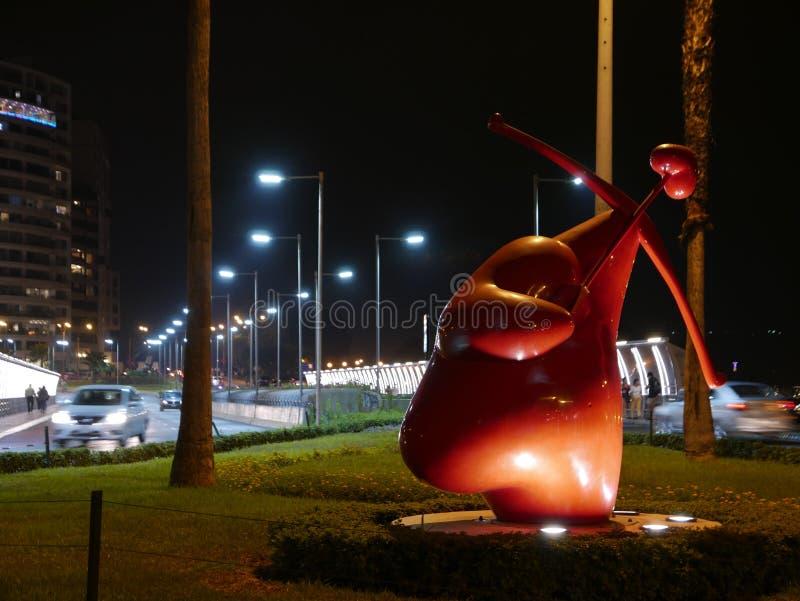 Vue scénique de nuit d'une statue de cupidon ayant une forme de coeur située dans le secteur de Miraflores de Lima images stock