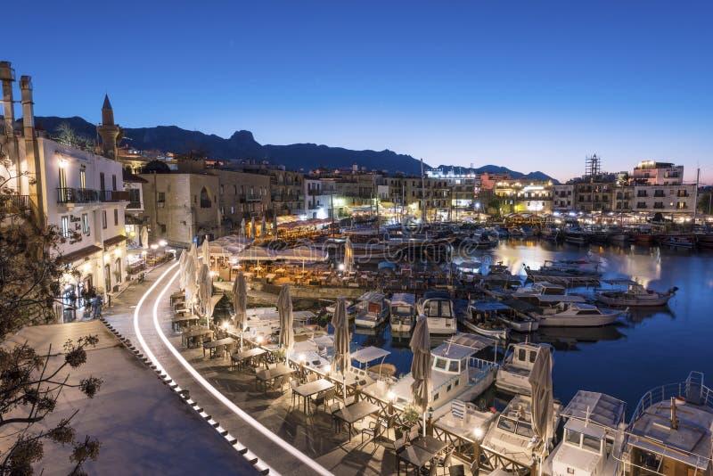 Vue scénique de nuit de port de Kyrenia avec des montagnes sur le fond photos stock