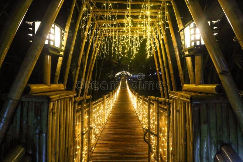 Vue scénique de nuit du pont en bambou lumineux chez le Bambusetum images libres de droits