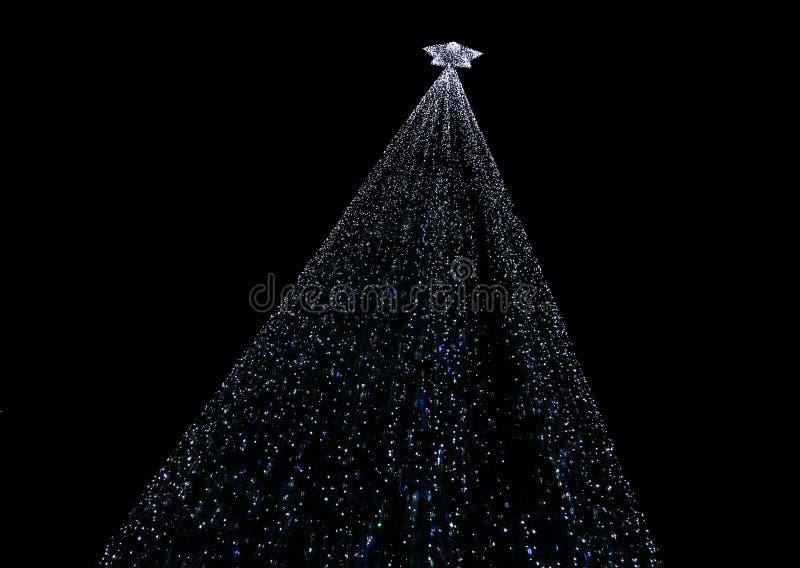 Vue scénique de nuit de l'arcade en bambou lumineuse image libre de droits