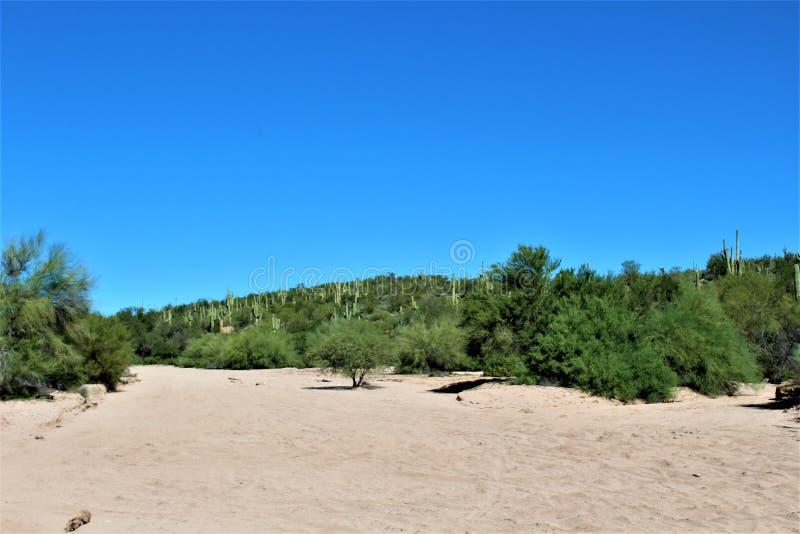 Vue scénique de paysage du MESA, Arizona aux collines de fontaine, le comté de Maricopa, Arizona, Etats-Unis photo stock