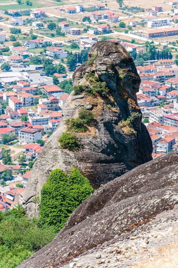 Vue scénique de paysage sur des falaises et des crêtes de formations de roche de Meteora avec la ville de Kalabaka juste au-dessu image stock